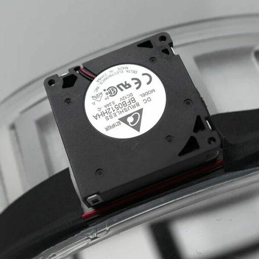 Detail umístění jednoho ze dvou axiálních ventilátorů s bez kartáčkovým motorkem na obvodu rámu kupole